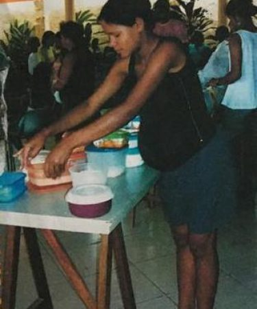Esta mãe é a grávida que está ajudando como voluntária