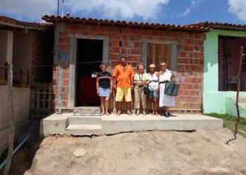 A nova casa  faz a família feliz.